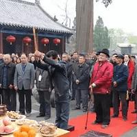 王氏族人在祠堂祭祀先祖