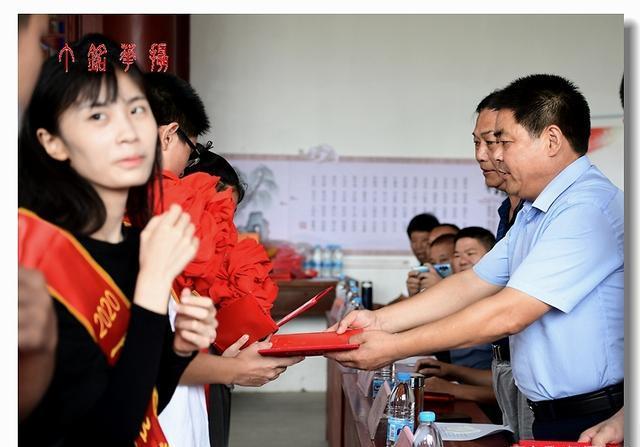 铅山丁兰孝道暨家谱文化研究理事会为高考学子发放奖学金