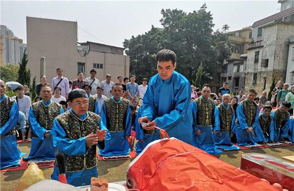 穿蓝色长袍,行叩首礼……云氏在白云山祭祖犹如古装大片